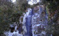Está cachoeira em caso de neve mais forte congela por completo.