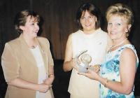 Como Vice-presidente da Câmera da Mulher Empresaria, Delcize fazia a entrega de troféu a senhoras a comunidade.
