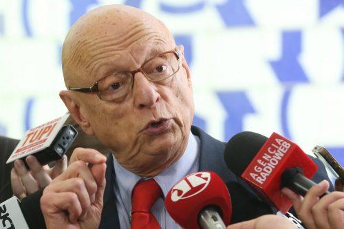 Brasília - O deputado Esperidião Amin, relator do projeto sobre renegociação das dívidas estaduais, fala à imprensa (Antonio Cruz/Agência Brasil)