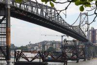 Suspensão da ponte foi em duas etapas.