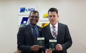 CDL DE LAGES FAZ HOMENAGEM EM BRASÍLIA – Cinquentenário da entidade serrana entrega troféu a presidente da CNDL