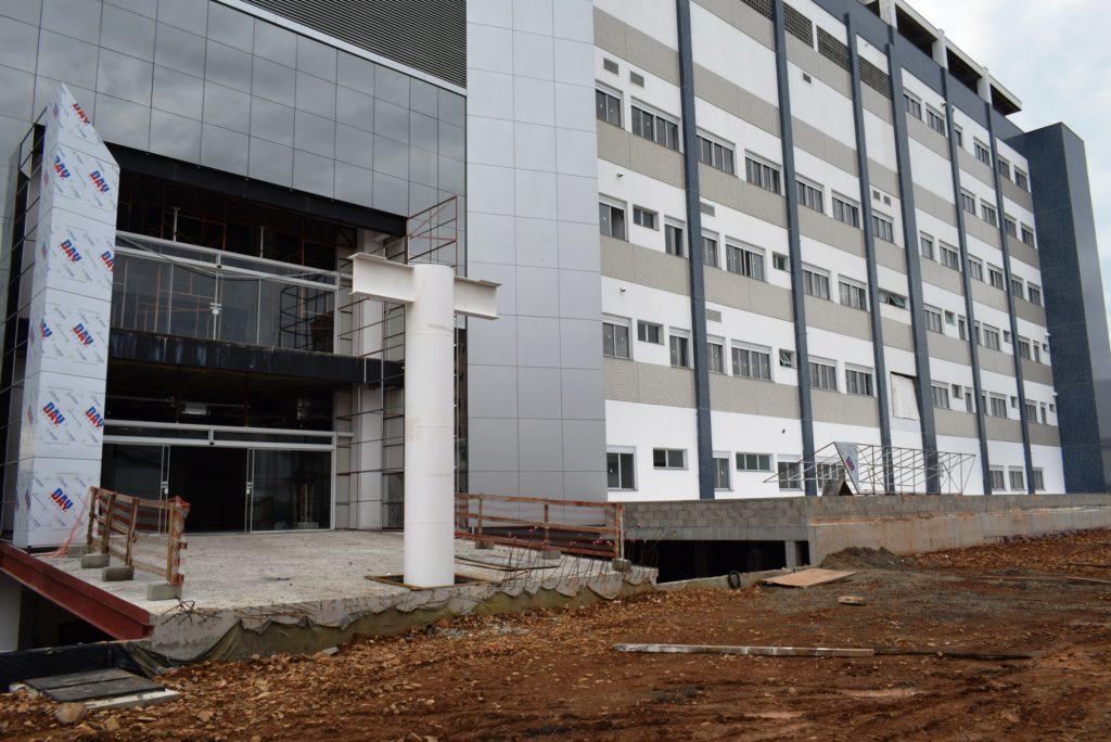 HOSPITAL PÚBLICO ESTADUAL EM LAGES/SC VIVE UMA POLÊMICA – E os 18 municípios da Serra clamam pela inauguração de uma ala praticamente pronta e sem uso.