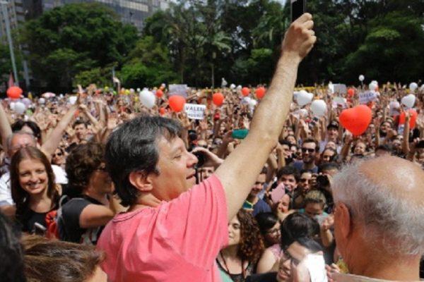 9out2016---prefeito-fernando-haddad-pt-e-saudado-pelo-publico-em-manifestacao-a-seu-favor-na-avenida-paulista-1476033349355_615x300
