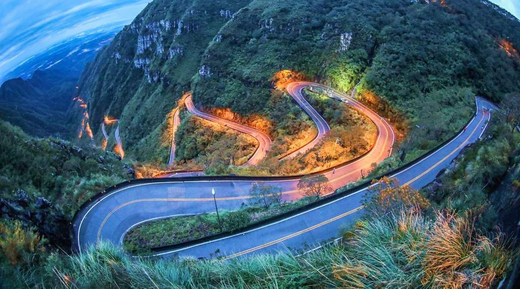 UM DESAFIO DA ENGENHARIA À NATUREZA – A construção da estrada da Serra do Rio do Rastro uma das maravilhas feitas pelo homem.