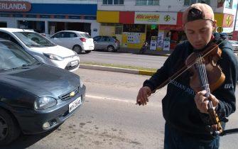 CRIATIVIDADE DO BRASILEIRO – Virou artista de rua para ganhar a vida e pode chegar à fama.