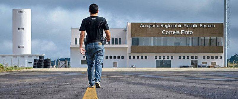 AEROPORTO DE R$ 63 MILHÕES QUE ESTAVA ABANDONADO ENTRA EM USO – Deputado Berlanda comemora homologação da pista do aeroporto de Correira Pinto.