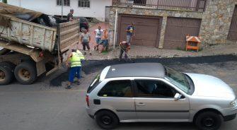 """A COMPLEXA OPERAÇÃO PARA CONSERTAR RUAS – Operários públicos intensificam operação """"tapa buraco""""."""