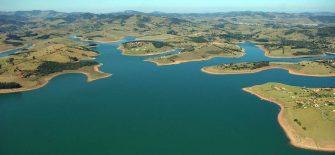 OS DOIS LADOS DAS ENCHENTES: De um, o sofrimento da população; do outro, água abundante nos reservatórios de consumo e para usinas hidrelétricas.