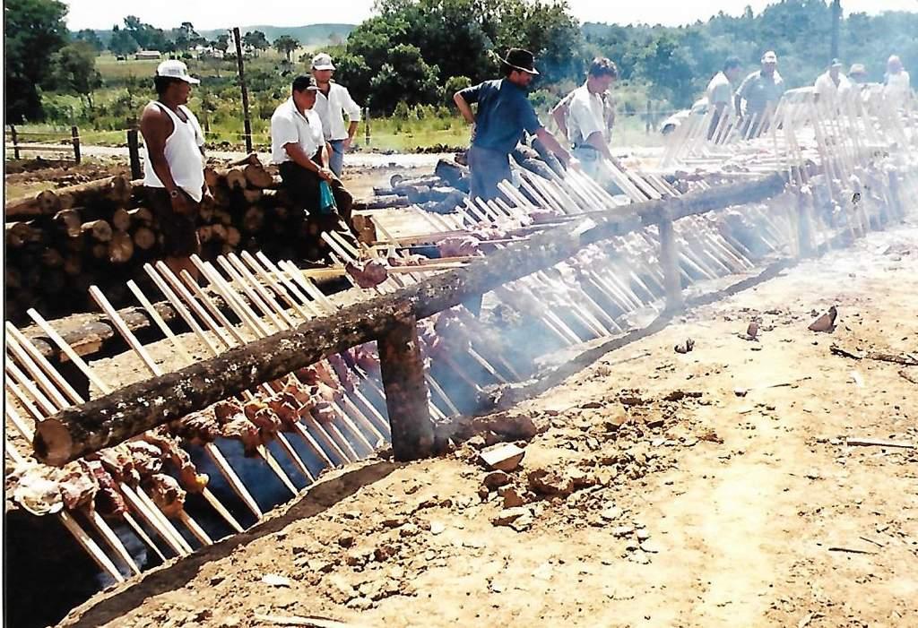 CAUSOS DA POLÍTICA TRADICIONAL – Maioria vinha para o comício pelo berro do boi ou pela fumaça do churrasqueiro.