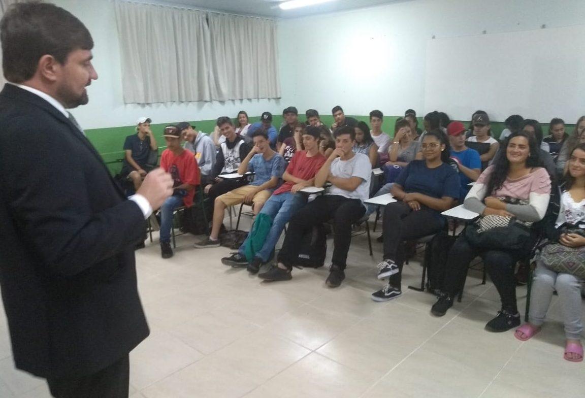 CARREIRA DA MAGISTRATURA DESPERTA INTERESSE DE JOVENS – Juiz encanta plateia do ensino médio em colégio de Lages/SC.