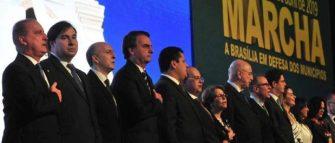 PRESIDENTE PARTICIPA DA MARCHA DE PREFEITOS A BRASÍLIA – Bolsonaro anuncia apoio a 1% a mais no FPM.