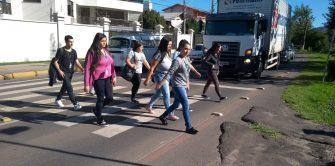 REDUTORES E COMUNICAÇÃO VISUAL NÃO PRODUZEM EFEITOS – Cremos que só barricadas irão funcionar em faixas de pedestres.