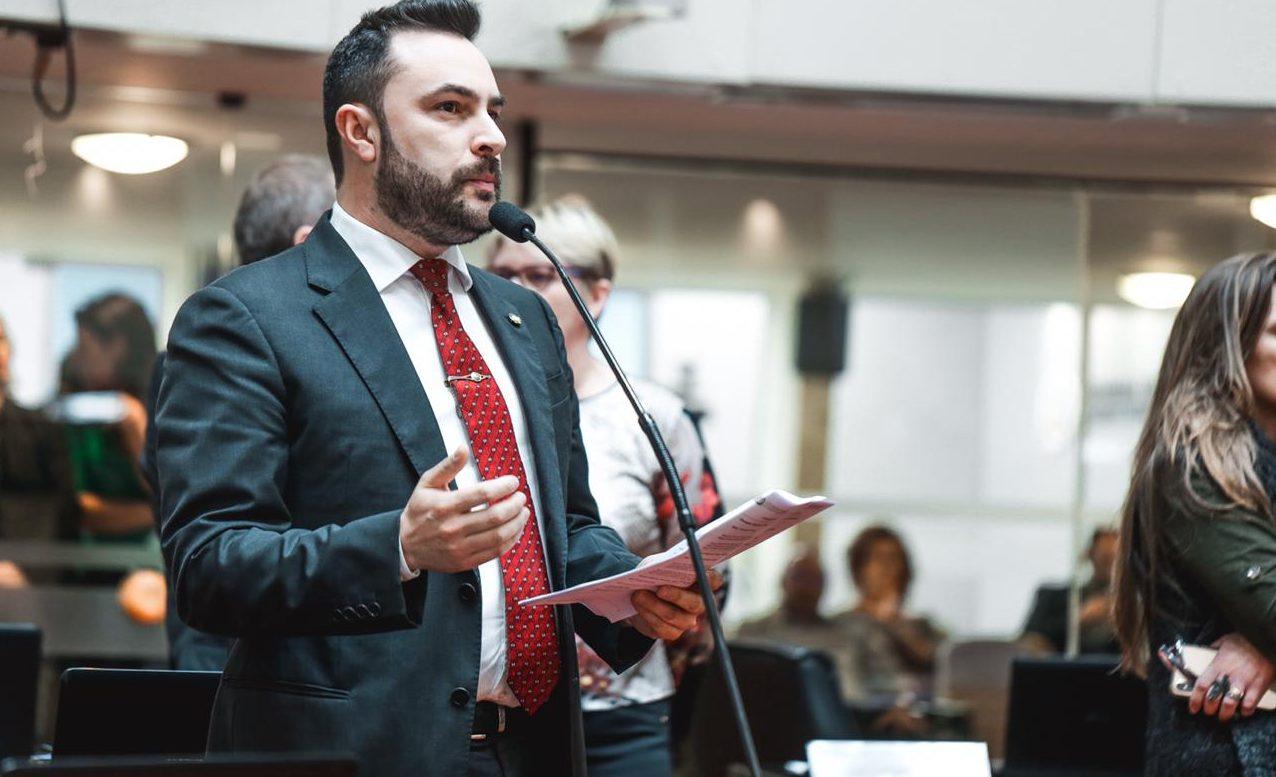 UM DOS VEREADORES MAIS VOTADOS EM LAGES VIRA DEPUTADO ESTADUAL INFLUENTE – Esse é o líder estudantil e cientista político Marcius Machado/PL.