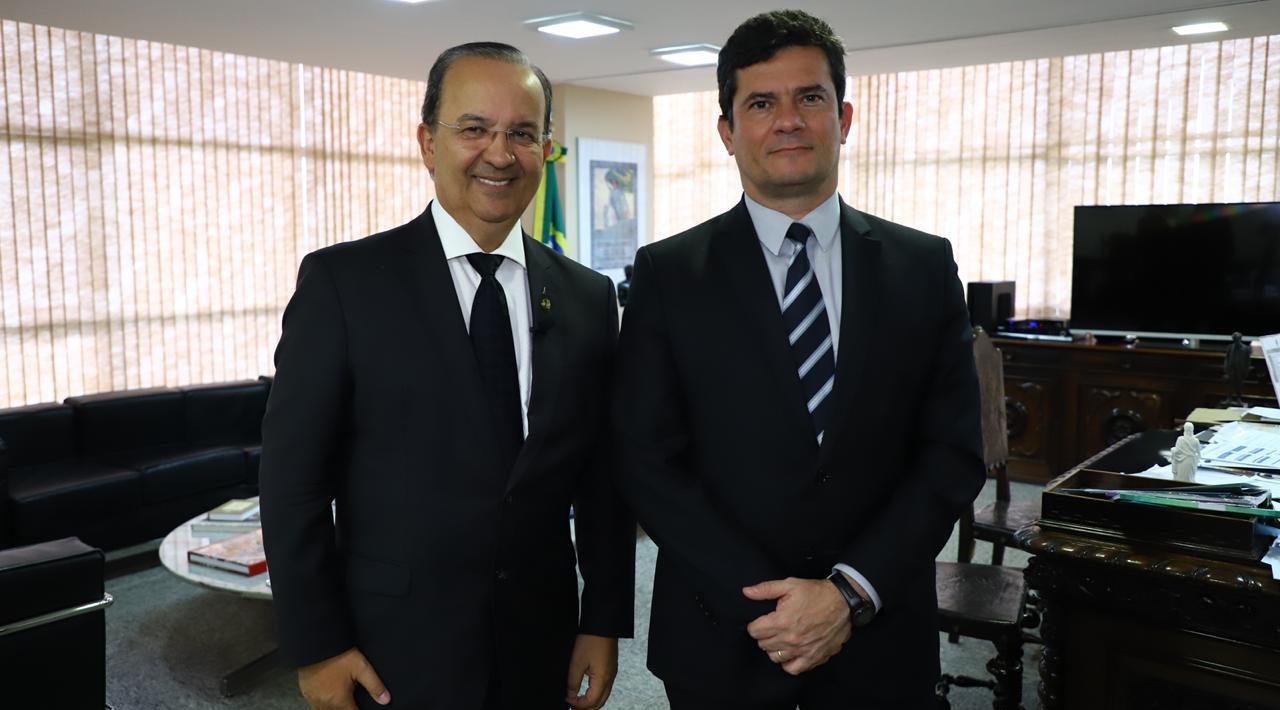 MINISTRO MORO GANHA MAIS ALIADOS NO SENADO – Senador Jorginho empunha bandeira do pacote anti-crime.