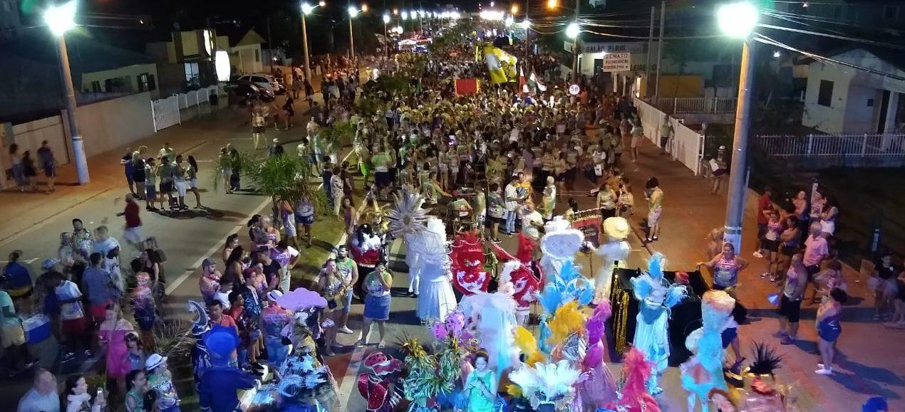 MULTIDÃO LOTA AVENIDA NO 'DESFILE DAS CIDADES' EM BALNEÁRIO DO RINCÃO – Blocos, trios elétricos e shows resgataram o carnaval saudosista.