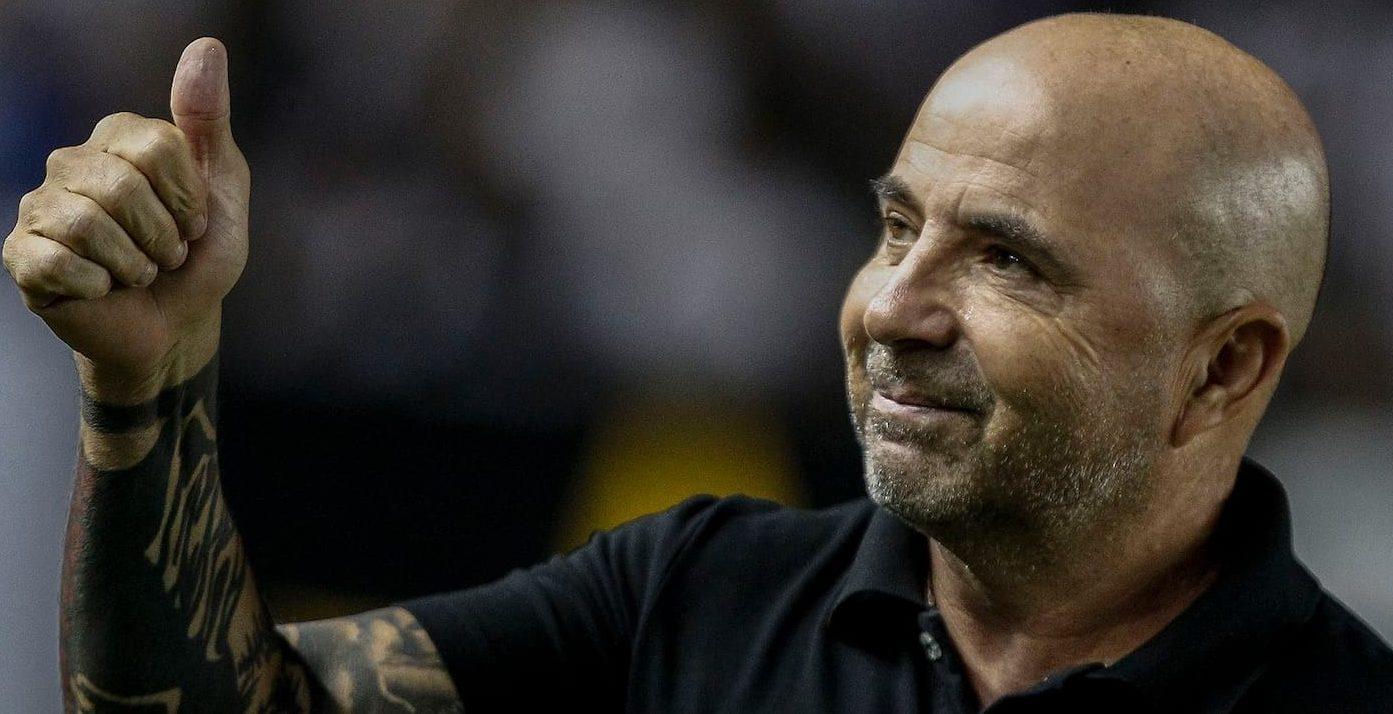 O GALO MARCA UM GOLAÇO! – Contrata o melhor técnico disponível e já está em vantagem no campeonato.