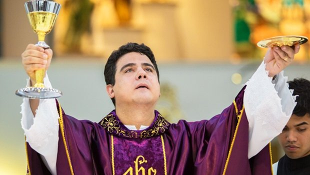 """CORRUPÇÃO CHEGA AO DINHEIRO DA MISSA: Religiosos não guardam dinheiro em santos: retiram. É o inverso da lenda """"santo do pau oco"""". Nem a oferta da bandeja da missa escapa."""